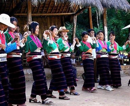 Blang ethnic minority is one of ancient China. Mainly live in the Xishuangbanna Dai Autonomous Prefecture in western Yunnan Jinghong County and Menghai Lincang double Jiang, Wing Tak, Yun County, Gengma, thinking spear region Lancang, Mojiang counties. Population of 82,300 people (4th in 1990 census). The liberation of the spring of 1950.