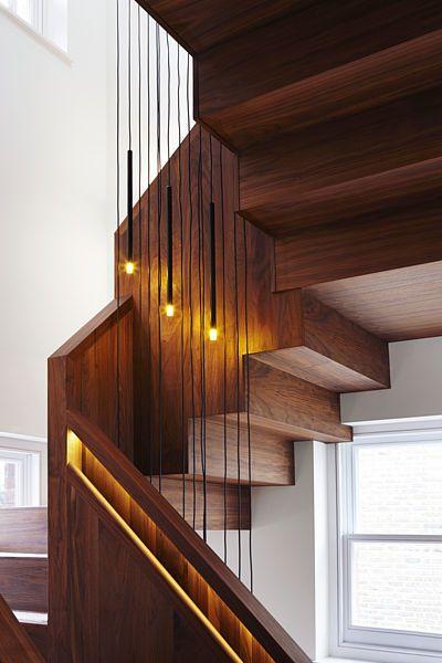 Do těla schodiště jsou implementované i prvky osvětlení.