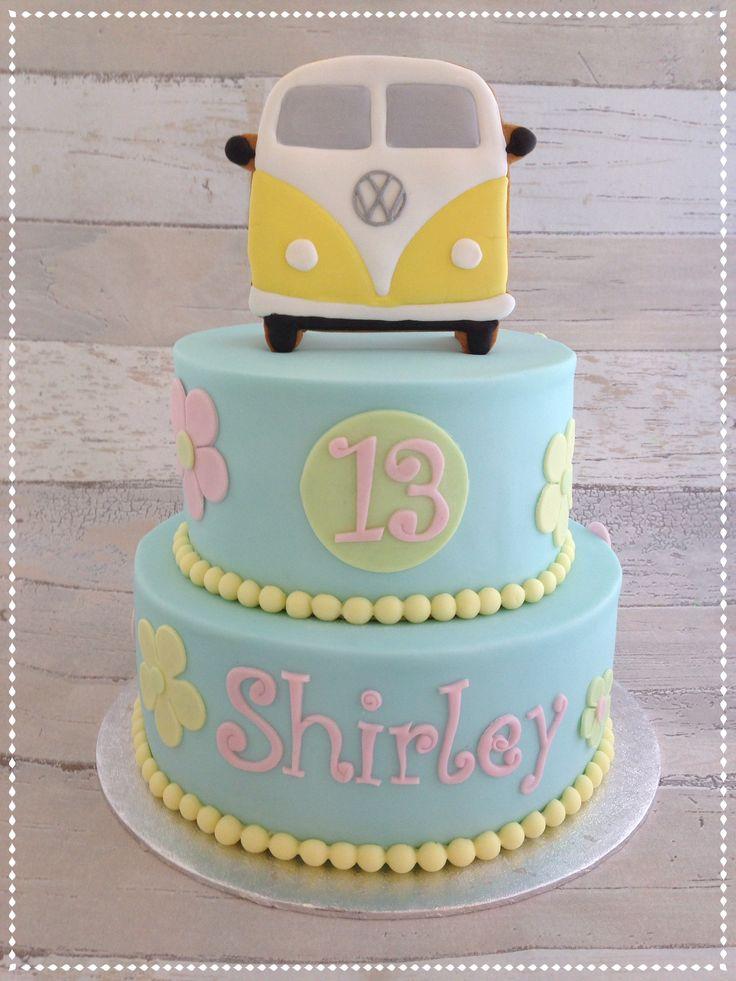 VW wagon cake Volkswagen taart met koek bovenop.