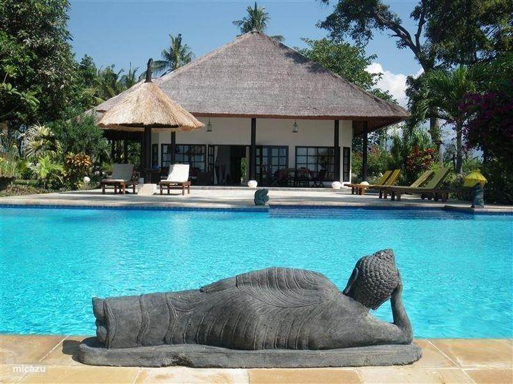 Villa Mangga is een luxe prive villa op Bali met eigen zwembad, zeer grote tropische tuin, direct aan het strand en 15 min rijden van Lovina.