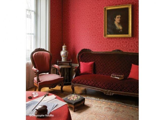 Musée Marcel Proust. Salon rouge. Le salon rouge apparaît comme un sanctuaire dédié à la mère de Marcel Proust. Son portrait accroché au mur et ses objets (boîte à ouvrage, écritoire…) proviennent de l'appartement que l'écrivain occupait boulevard Haussmann, à Paris.