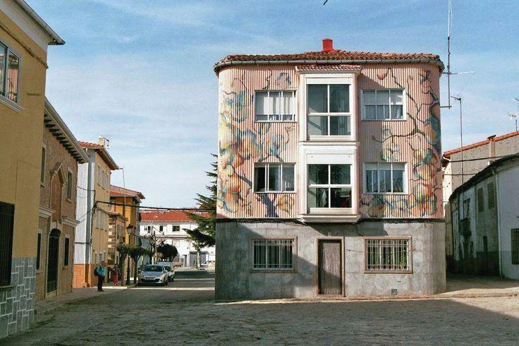 La arquitectura en Piornal es moderna y nada tradicional. Sin embargo se agradece esta pintura sobre el revestimiento exterior.