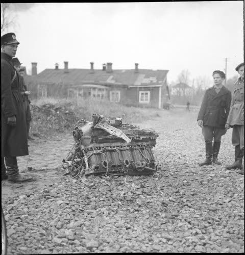 Alasammutun viholliskoneen moottori Munkkiniemessä. (1939-12-01 SA-kuva)
