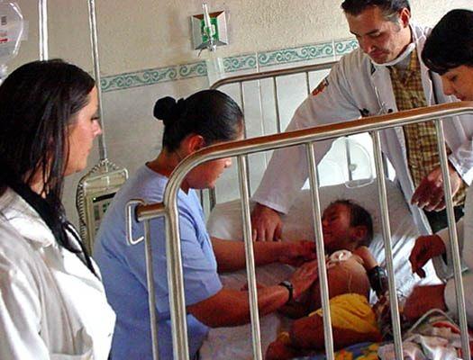 Curso de Auxiliar de Enfermería Pediátrica Conocer todas las fases de crecimiento del feto y las principales enfermedades genéticas e infecciosas que pueden afectarle. Dominar las técnicas de cuidado de un recién nacido. Controlar las patologías pediátricas más frecuentes.