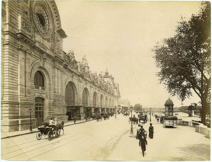 La Gare d'Orsay fut bâtie sur les ruines du Palais du même nom, incendié lors de la Commune de Paris en 1871. Construite en 1898 en prévision de l'Exposition Universelle, elle abritait le terminus du chemin de fer Paris Orléans.