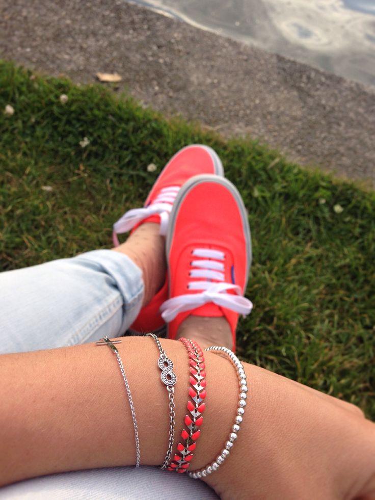 Blog de moda / Fashion blog. Vans coral fluorescentes - pulseras finas / Coral neon Vans - tiny bracelets