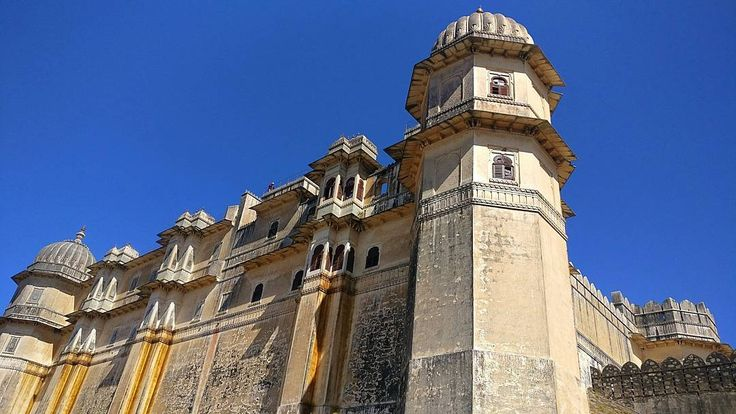 Kumbalgarh Fort - Built in 15th century by Rana Kumbha has a 38 km long wall surroundingit. Second longest in the world after the Great Wall of China. Awesome!  #udaipur #rajasthan #india #travel #vacation #travelphotography #fort #castle #palace #defense #wall