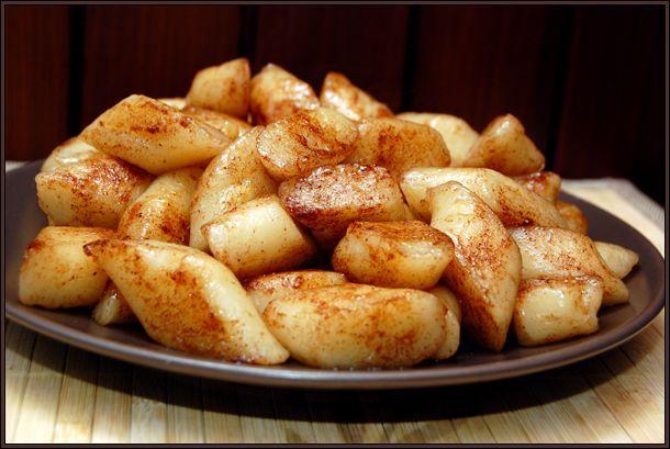Leniwe kluski w wersji wegańskiej w moim wykonaniu są połączeniem kopytek i leniwych klusek. Miałam ochotę zrobić prawdziwe leniwe kluski – z samego sera tofu i mąki, ale okazało się, że dla tej ilości głodnych gąb, takich klusek wyszłoby zdecydowanie zbyt mało. Wymieszałam więc pół na pół tofu z ziemniakami. Kluski wyszły całkiem zadowalające, wyczuwalny …