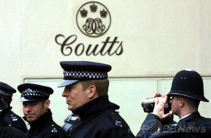 クーツ(Coutts)銀行の前に集まる警察官。英ロンドン(London)で(2001年5月1日撮影、資料写真)。(c)AFP/Odd ANDERSEN ▼23Jun2014AFP|コンテナ2個分の銀行書類、独港で押収 ケイマン諸島から発送 http://www.afpbb.com/articles/-/3018472 #Coutts