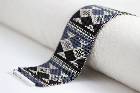 Le Bracelet de Fisk est conçu en utilisant le noir et perles de couleur ardoise bleu et argent (nickel). Un avantage de piqué de minuscules