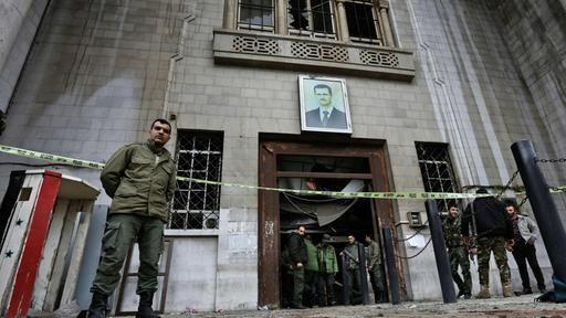 In der syrischen Hauptstadt Damaskus hat es erneut zwei Selbstmordanschläge gegeben. Dabei wurden mehr als 30 Menschen getötet. Zunächst zündete ein Attentäter einen Sprengsatz im Justizpalast, später war ein Restaurant Ziel eines Anschlags.