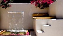 Aluminium vijvermuur voorzien van RVS waterloop. Aluminium vijvermuren zijn leverbaar in alle maten en RAL kleuren