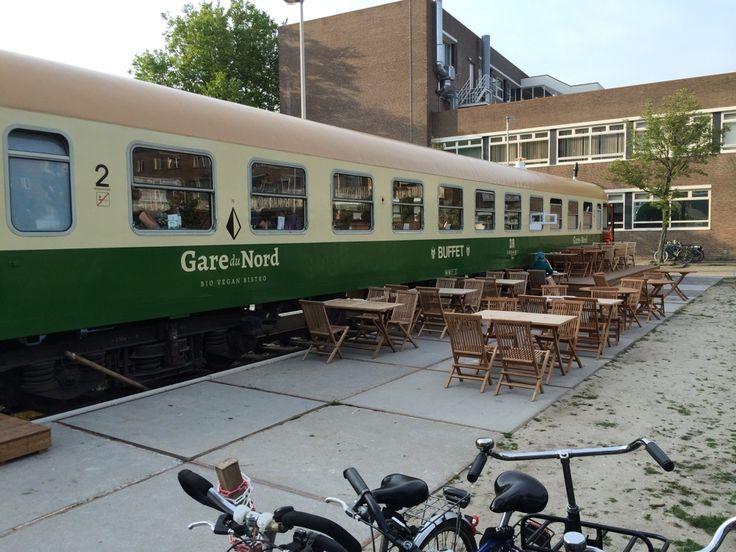 Gare du Nord bio vegan bistro, een vegetarisch en biologisch restaurant in een oude treinwagon. Gare du Nord streeft naar een duurzamere en gezondere wereld. Alle gerechten worden bereid met lokale, seizoensgebonden en 100% biologische ingrediënten. Een deel van de groenten is zelfs afkomstig uit de gemeenschappelijke tuin gelegen naast de bistro.