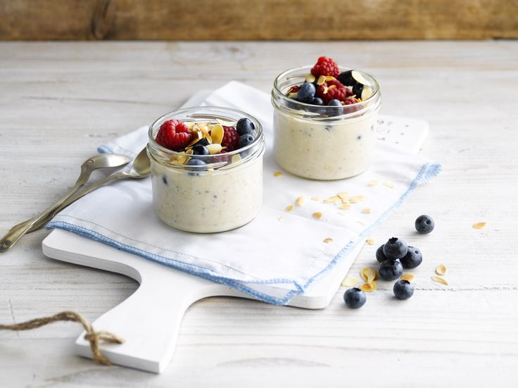 Busy morning? Overnight oats with banana and berries to the rescue! Prep this easy healthy breakfast the night before. The only thing still left is to add the topping in the morning. Ready!