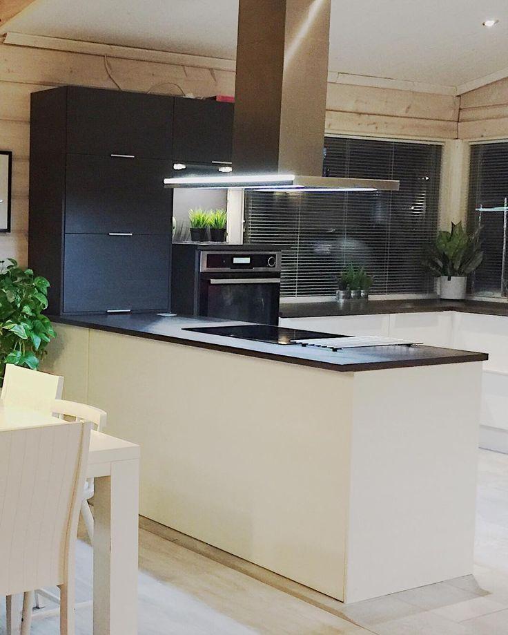 Seinän hirsipinnat osana keittiön sisustusta