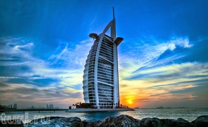 Интересные экскурсии в Дубае  1. Истории из прошлого Еще пару столетий назад технологичный современный мегаполис Дубай был заштатной рыболовецкой деревушкой, а затем — пристанищем торговцев и ремесленников. Как здесь жили до нефтяного рая, расскажут на экскурсии Tales From The Past (Истории из прошлого). Ключевым пунктом прогулки по Историческому городу станет этнографическая «Деревня наследия». Здесь туристам покажут, как был устроен быт бедуинов, которые раньше жили в Дубае, как работали…