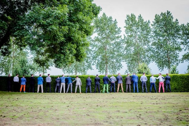 Alle vrienden in een felle kleur #bruidsjonkers #vrienden #pak #outfit #kleding #gasten #dresscode #bruiloft #trouwen Trouwen in Kasteelhoeve de Grote Hegge in Thorn | ThePerfectWedding.nl | Fotocredit: Kim Fotografeert