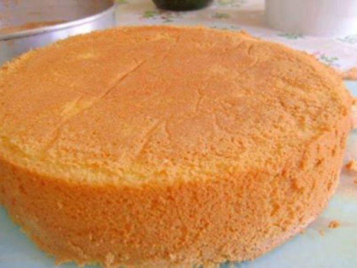 Bata o açúcar com os ovos até dobrar o volume (8 minutos). Sem bater, junte a farinha de trigo delicadamente. Coloque em uma forma untada, o fundo com papel manteiga