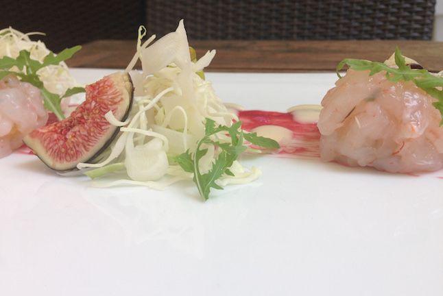 Tartare di gambero rosa con fichi, salsa di mandorla e rabarbaro | Food Loft - Il sito web ufficiale di Simone Rugiati