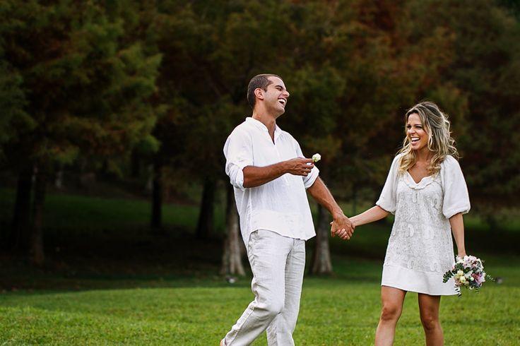 Casal de divertindo no ensaio de noivos em curitiba no parque