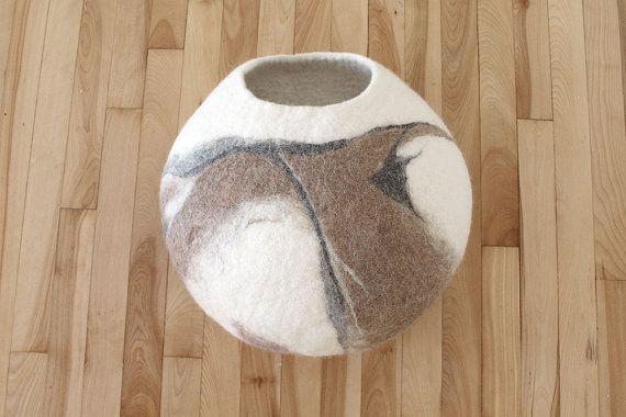 Deze Gevilte kat/hond huis is gemaakt van 100% natuurlijke ingrediënten. In het proces vilten waren gebruikte ook enige natuurlijke hulpmiddelen: warm water en zeep.  Uw kat/hond zal hou van dit zachte en wollige grot/cocoon, ze voelt knus en warm. Katten zijn het natuurlijk aangetrokken door de geur wol vanwege de lanoline-geur.  HOW TO CARE: Gemakkelijk onderhoudsinstructies: handwas in warm water of in de wasmachine met behulp van zachte wassen programma geschikt voor wol. G...