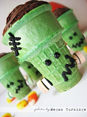 Frankenstein Halloween cupcakes, fun and simple KK can make these when she's older for sure