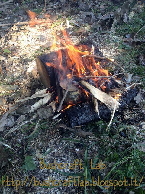 Carbonizzare i panni per creare inneschi per fuoco