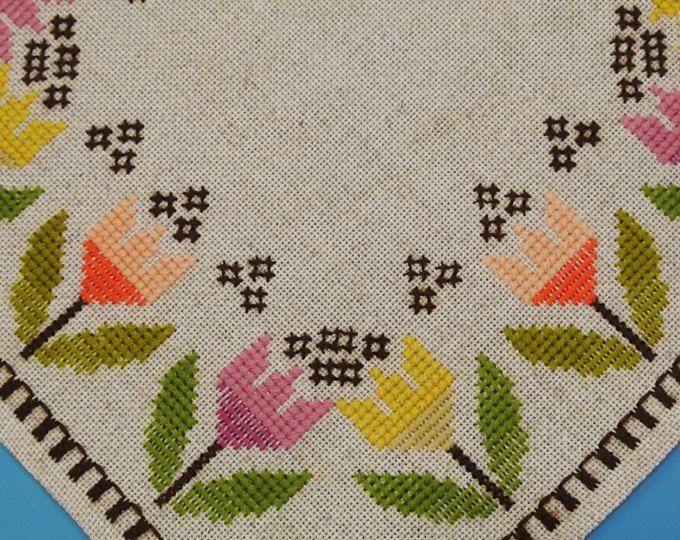Muy bien hecho de 1970 vintage sin usar hecho a mano la costura plana / cruz-puntada tableta lino bordado o mantel con tulipán multicolor motivo de flores