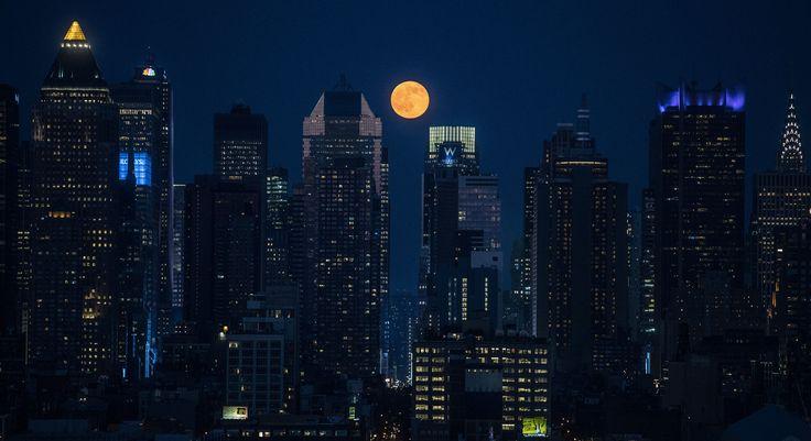"""""""Strawberry moon"""", ou Lune Rose de Manhattan, nuit du 20 au 21 juin 2016. Vanity Fair"""