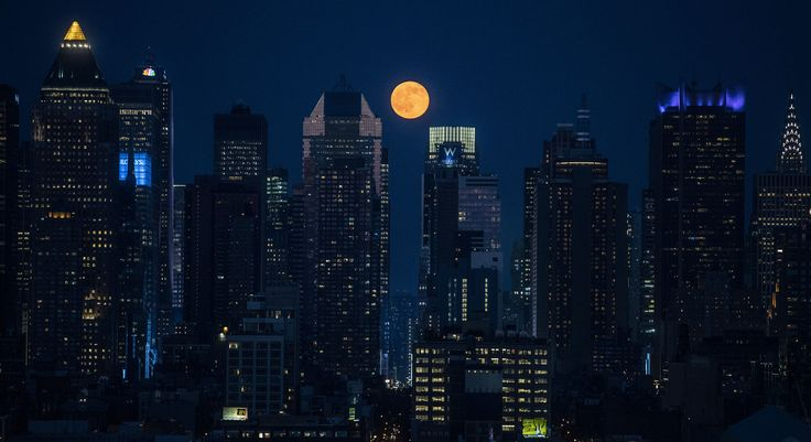 """Strawberry moon"", ou Lune Rose de Manhattan, nuit du 20 au 21 juin 2016. Vanity Fair"