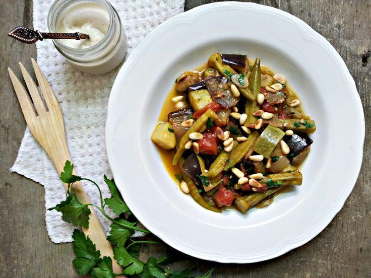 Dušená okra se zeleninou a piniovými oříšky (paleo, whole30)