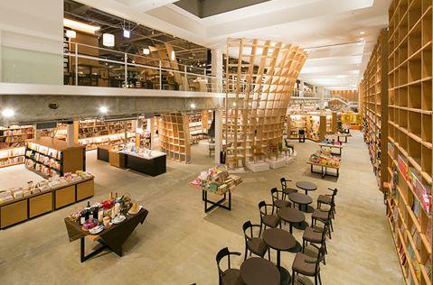 Hakodate Tsutaya Books, Hokkaido, Japan   実際に来てみると分かると思うが、ここの蔦屋書店は素晴らしい。