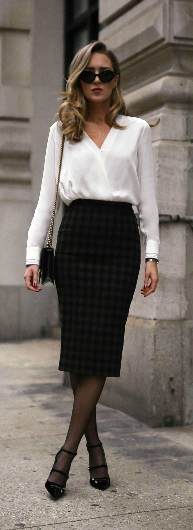 Klick für Outfit-Details! Klassische weiße Bluse, karierter Midirock, schwarzes Riemchen