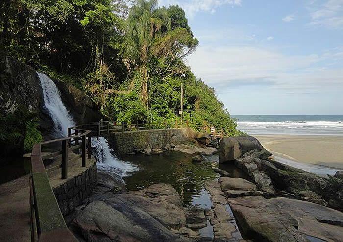 A cachoeira que deságua no mar é o charme da praia / Foto: Danielle Forte