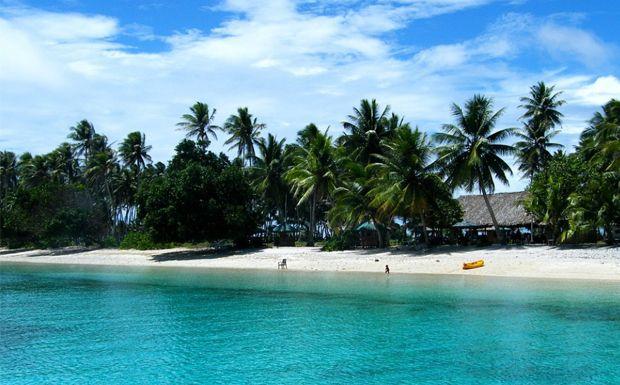 Bikini Atoll - Marsall szigetek  Tisztára, mintha maga lenne a Paradicsom, nem igaz? Azúrkék víz, pálmafák, homokos part. A valóságban fele ennyire sem idilli a sziget, ami számos nukleáris tesztelő programnak volt színhelye. Vagyis radioaktív gyönyörűség lett belőle, ami a ma napig is veszélyes, mivel még mindig magas a sugárzás. Így ez a hely mindekénképpen kerülendő!