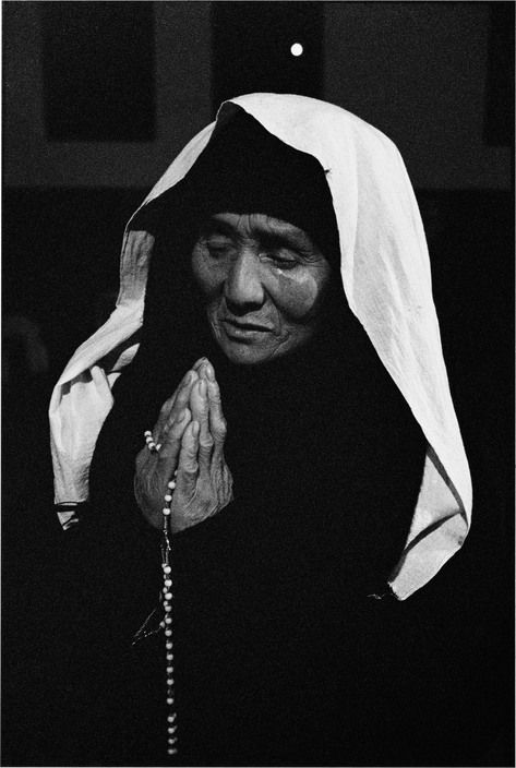 CHINA. Shanxi Province. 1995. Praying for an illegal priest who just died.