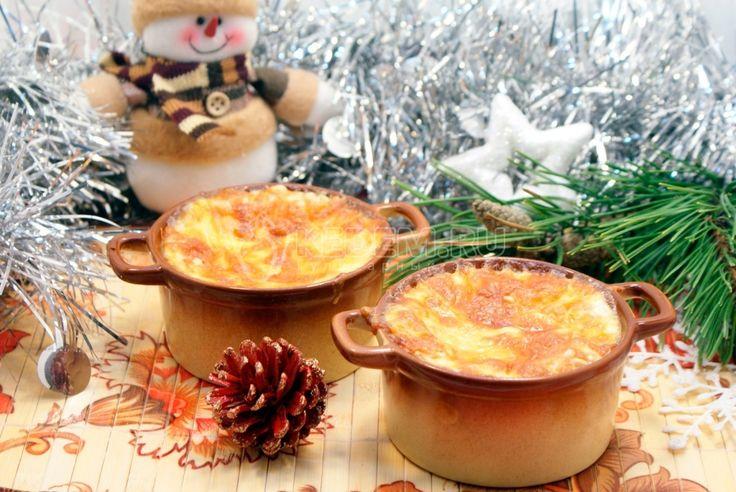 Еще один рецепт в вашу новогоднюю копилку. Необыкновенный новогодний жюльен с кедровыми орешками станет приятным сюрпризом для ваших гостей.