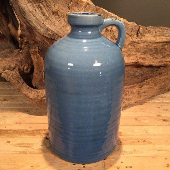 Κεραμική μπουκάλα σε μπλε ραφ χρώμα με χερούλι για να διακοσμήσετε τον μπουφέ ή την τραπεζαρία σας.Το NEDAshop.gr υποστηρίζεται από το κατάστημα μας όπου μπορείτε να δείτε όλα τα αντικείμενα από κοντά.http://nedashop.gr/Spiti-Diakosmhsh/diakosmhtika-antikeimena/keramikh-mpoykala-mple-raf-34cm