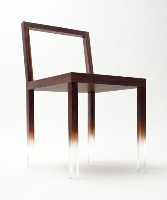 """Excellent concept de chaise design réalisé par la marque japonaise Nendo. Cette """"Fade Out-Chair"""" possède des pieds en acrylique graduellement peints qui font"""