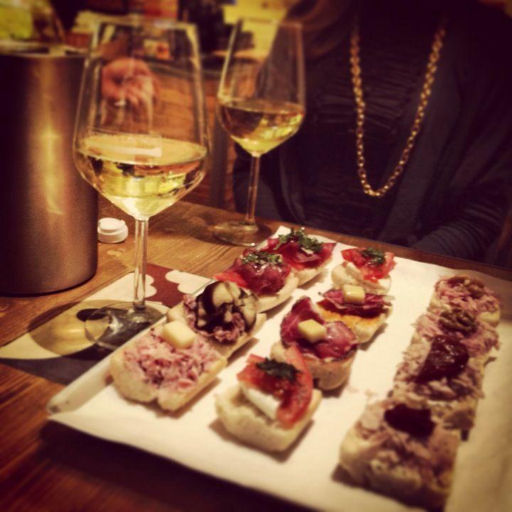 giovedí un ottimo aperitivo di tapas accompagnate da un buon bicchiere di vino o spritz