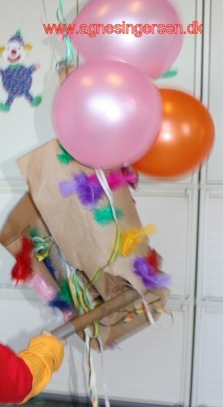 Se billeder og læs om vores unikke fastelavnsforberedelser, pynt og fest: http://agnesingersen.dk/blog/fastelavn/