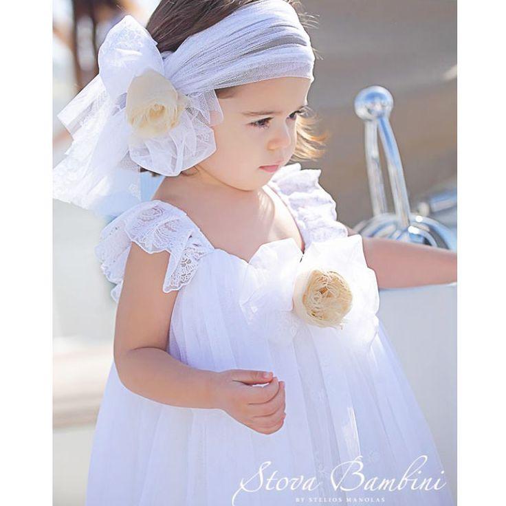 Το Βαπτιστικό Φόρεμα Elise της Stova Bambini είναι ένα λευκό υπέροχο αριστοκρατικό φόρεμα με δαντελένιο φιόγκο μπροστά και χειροποίητο λουλούδι και δαντελένια ουρά πίσω. Είναι όλο τούλινο με δαντέλα στους ώμους. Ένα φόρεμα εντυπωσιακό για την υπέροχη μέρα της βάπτισης σας. Συνοδεύεται από τη δική του κορδέλα για το κεφάλι