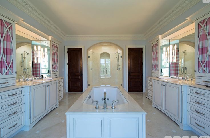 Расположение: 111 5-й Авеню с Неаполь, Флорида Площадь участка: 7,318 спален и ванных комнат: 4 спален и 6 ванных комнат Цена: $8,350,000 французский колониальный стиль 3-этажный дом расположен в 111 5-я Авен