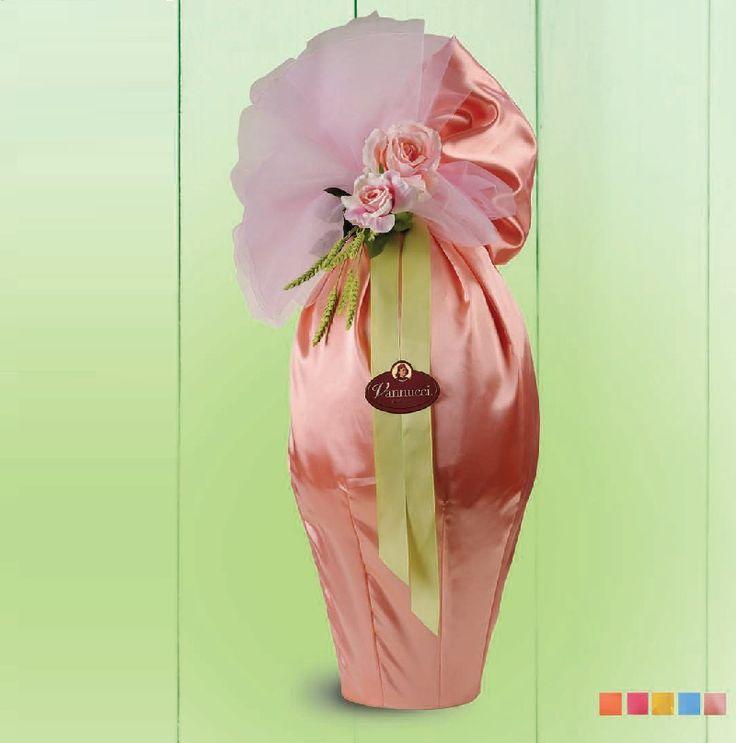 Πασχαλινή έκπληξη γίγας! Σοκολατένιο αβγό 2 κιλών(!) από εκλεκτή σκούρα σοκολάτα 60% κακάο ή φίνα σοκολάτα γάλακτος, τυλιγμένο απαλά με ύφασμα και διακοσμημένο με λουλούδια. Καθ.βάρος: 2 κιλά, Ύψος: 60εκ. Διαθέσιμα και σε 4κιλα ή 6κιλα, κατόπιν παραγγελίας. Αποκλειστικά από την be sweet.