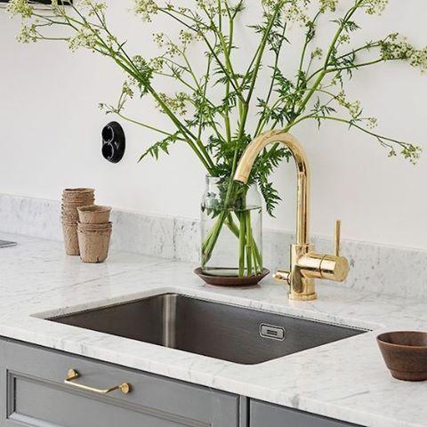 More inspiration - #kitchen mixer #EVO184 in #brass. Picture from Pinterest. #kök #köksinspiration #köksblandare #mässing #marmor #tapwell #marble #kitchen #kitcheninspo #kitchendesign