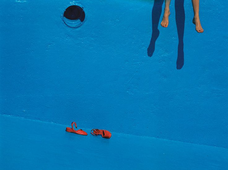 The Guy Bourdin Estate and Louise Alexander Gallery  Préciosité des couleurs et de la mise en scène