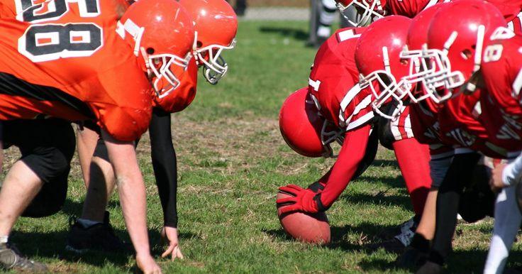 Cómo crear tu propia camiseta de fútbol americano. El fútbol americano es un deporte complejo, pero encontrar una forma de crear una camiseta de fútbol americano puede ser aún más difícil. Existen docenas de estilos entre los cuales elegir cuando se trata de un uniforme de equipo, y eso es antes de que un entrenador o gerente general decida sobre los colores, el tamaño del número y similares. Hay ...