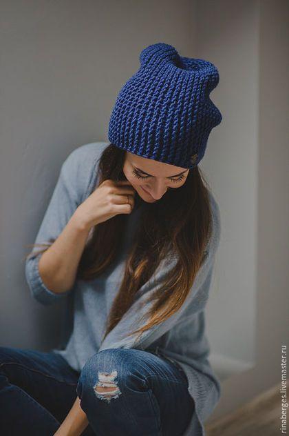 Купить или заказать Вязаная шапка Rockstar синяя в интернет-магазине на Ярмарке Мастеров. Модель этой вязаной шапки настолько популярна в этом году, что даже звезды щеголяют в этом модной вещи. Шапочка бини – это свободная по форме шапка, которая отлично сочетается с вещами любого стиля, будь то классическое пальто, короткая куртка или пуховик. Шапочка бини гармонично смотрится с любым типом лица, под короткие стрижки или длинные волосы. Вариант для обладательни…