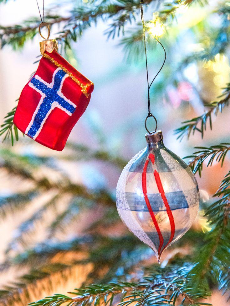 Det norske flagget (ny kopi) og en kule fra 1950-tallet.