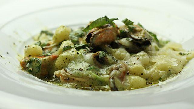 «Lorsque vous préparez votre pâte à gnocchis, il est très important que la purée de pommes de terre soit chaude afin que la pâte soit...